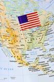 Une estados del perno de la bandera de América en mapa Imagen de archivo libre de regalías