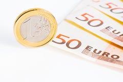 Une euro pièce de monnaie sur 50 euro billets de banque Photo stock