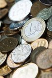 Une euro pièce de monnaie sur des pièces de monnaie de roubles russes Image libre de droits