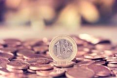 Une euro pièce de monnaie sur la pile de cents Image libre de droits