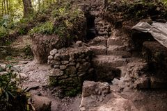 Une excavation actuelle des ruines maya Image stock