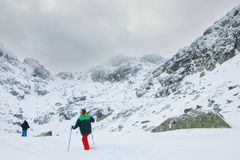 Une expédition allant vers la crête de montagne en Bulgarie Photographie stock