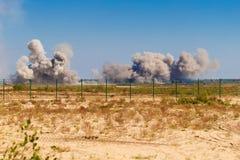 Une explosion après un bombardement à un aérodrome militaire Photo libre de droits