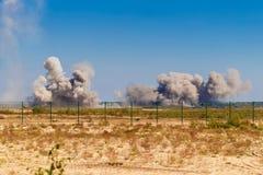 Une explosion après un bombardement à un aérodrome militaire Photographie stock