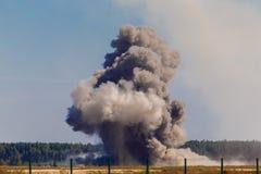Une explosion après un bombardement à un aérodrome militaire Image libre de droits