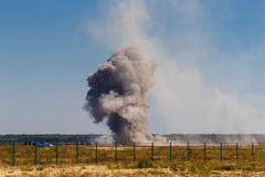 Une explosion après un bombardement à un aérodrome militaire Image stock