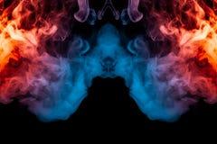 Une explosion dynamique des souffles de la fumée du rose bleu-clair et rouge photographie stock