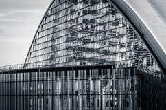 Une façade en verre moderne (noire et blanche) Photographie stock