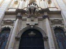 Une façade solennelle d'entrée d'architecture coloniale britannique Photos stock