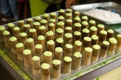 Une fabrication du gâteau santan pandan en bambou Images stock