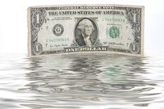 Une facture d'un-dollar immergée dans l'eau - FLUX DE LIQUIDITÉS de FINANCEMENT Images libres de droits