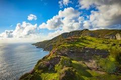 Une falaise chez Sliabh Liag, Co Le Donegal un jour ensoleillé photo stock