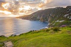 Une falaise chez Sliabh Liag, Co Le Donegal un jour ensoleillé photos stock