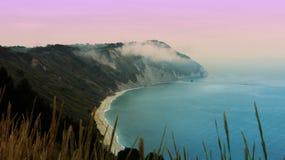 Une falaise sur la mer Images libres de droits