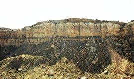 Une falaise texturisée avec les pierres de émiettage Image libre de droits