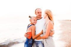 Une famille avec une adolescente se repose sur la mer photographie stock libre de droits