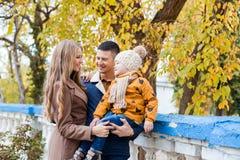 Une famille avec un garçon marchant dans le bonheur de parc d'automne Photographie stock
