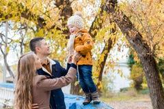 Une famille avec un jeune garçon dans la promenade de forêt d'automne Photo stock