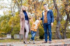 Une famille avec un jeune garçon dans la promenade de forêt d'automne Image stock