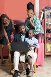 Une famille avec un ordinateur portable image libre de droits