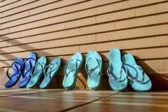 Une famille des bascules électroniques se repose et sèche au soleil après un jour dessus Image libre de droits