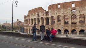 Une famille des touristes à l'arrière-plan du Colisé banque de vidéos
