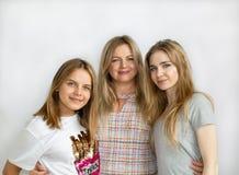 Une famille heureuse Maman et deux descendants Photo de famille Photographie stock