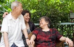 Une famille heureuse : un vieux couple et leurs enfants Photos libres de droits