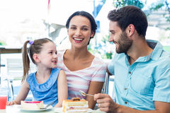 Une famille mangeant au restaurant Photos stock