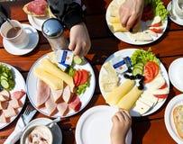 Une famille mangeant le brunch Photos libres de droits