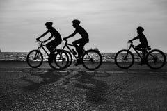Une famille montant les bicyclettes ensemble Image stock