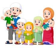 Une famille musulmane avec cinq enfants célèbrent ide Mubarak illustration libre de droits
