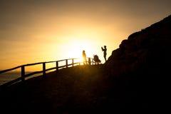 Une famille prenant une photo dans le coucher du soleil Photo stock