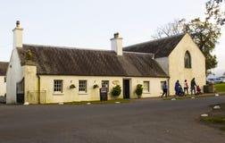 Une famille quittant la petite boutique de thé dans le parc de pays de Castlewellan pendant une mi coupure d'école de terme Photo stock