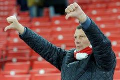 Une fan montre ses doigts vers le bas après la défaite de son équipe préférée image libre de droits