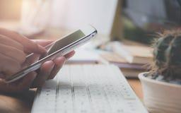 Une femme à l'aide du téléphone intelligent pour le conce de technologie et de communication images libres de droits