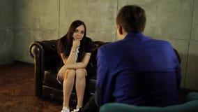 Une femme à la réception d'un psychologue parle de leurs problèmes banque de vidéos