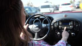 Une femme à la roue, sur la confiture de circulation routière, une femme commute la station de radio 4K MOIS lent clips vidéos