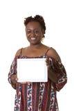Une femme âgée par milieu tenant un comprimé Photo stock