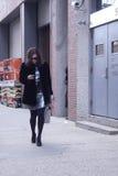 Une femme élégante après un défilé de mode à New York Images libres de droits