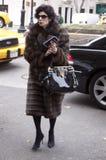 Une femme élégante arrivant à un défilé de mode à New York Images libres de droits