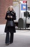 Une femme élégante arrivant à un défilé de mode à New York Photos libres de droits