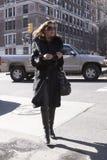 Une femme élégante arrivant à un défilé de mode à New York Photo libre de droits