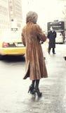 Une femme élégante arrivant à un défilé de mode à New York Image stock
