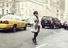 Une femme élégante arrivant à un défilé de mode à New York Photos stock