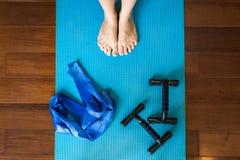 Une femme étant prête à la séance d'entraînement avec l'équipement d'exercice images stock