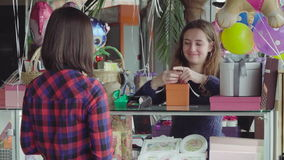 Une femme achète un cadeau clips vidéos