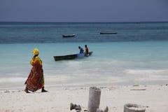 Une femme africaine dans la robe traditionnelle Photographie stock libre de droits