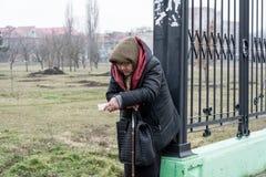 Une femme agée demande l'aumône près du marché agricole dans la ville de Tiraspol Photos stock