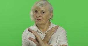 Une femme agée montre un arrêt, geste interdit Vieux grand-m?re Plan rapproch? clips vidéos